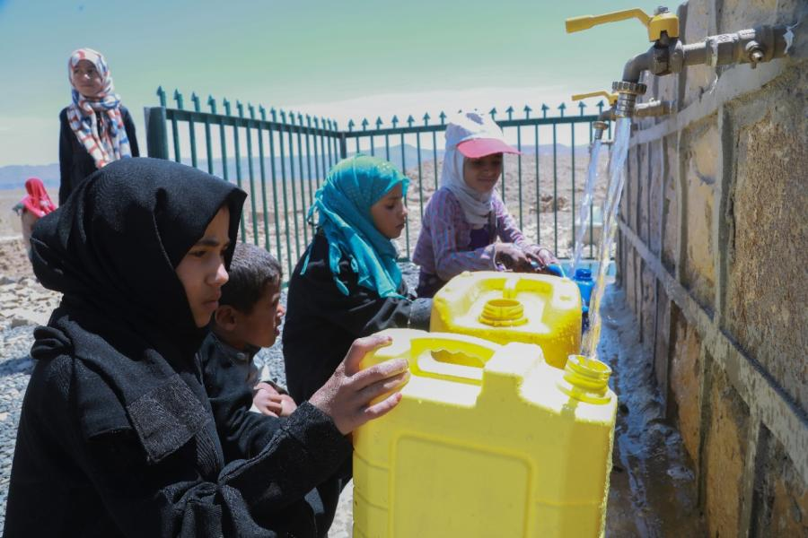 Women and children from Alarrah with their jerry cans bringing water